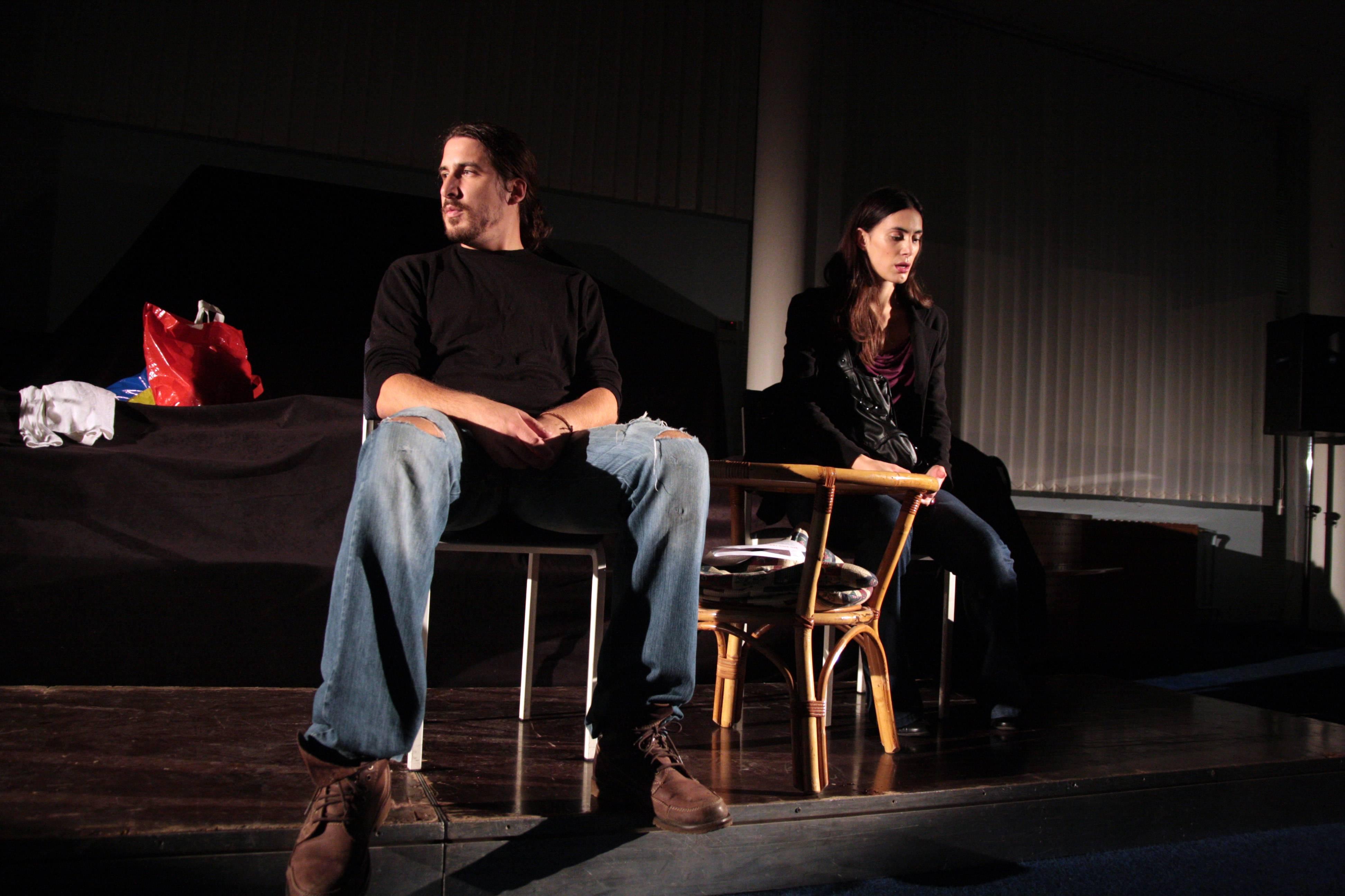 Anica Kovačević i Duško Modrinić tijekom izvedbe predstave Jednostavno nesretni na Pultu Knjižnice 2010.