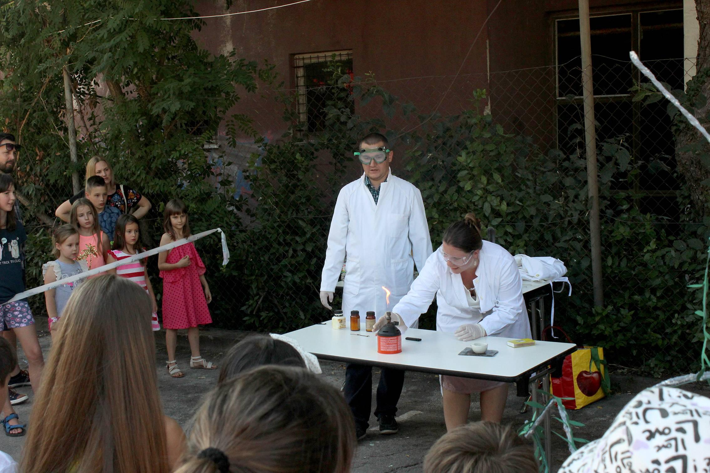 Mali kemičari: kemija na otvorenom